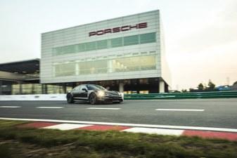 Der Porsche Taycan auf Testfahrten und beim Triple Demo Run.